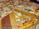 Пицца с чёрным кунжутом, сыром, беконом, курицей и ветчиной 650 грамм всего за 390 рублей. БЕСПЛАТНА...