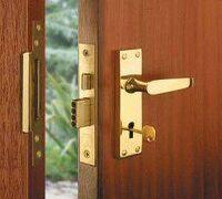 Установка, перевеска, ремонт деревянных дверей. Ремонт поврежденных деревянных дверных коробок. Рем...